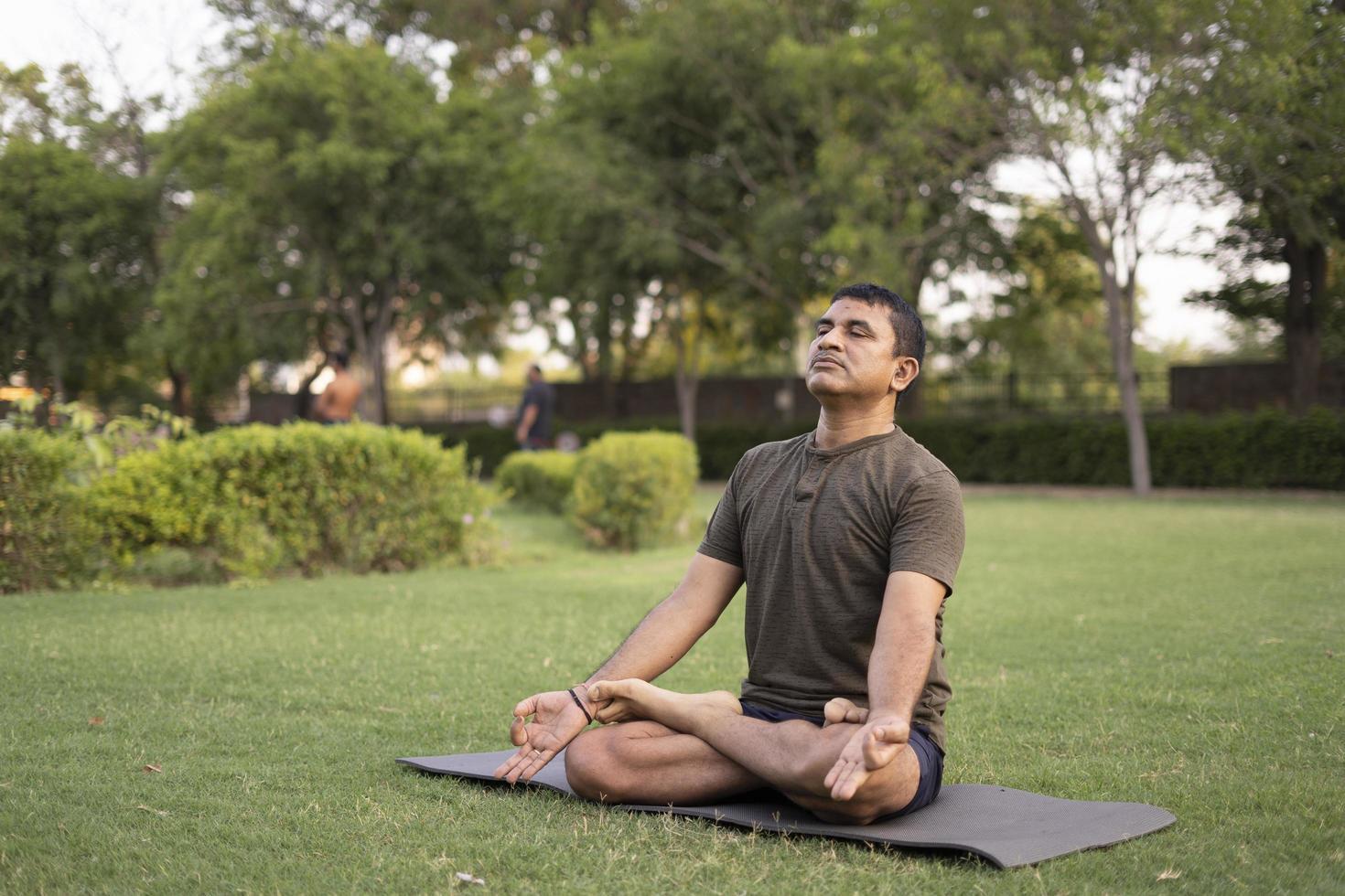 Mann macht Yoga foto