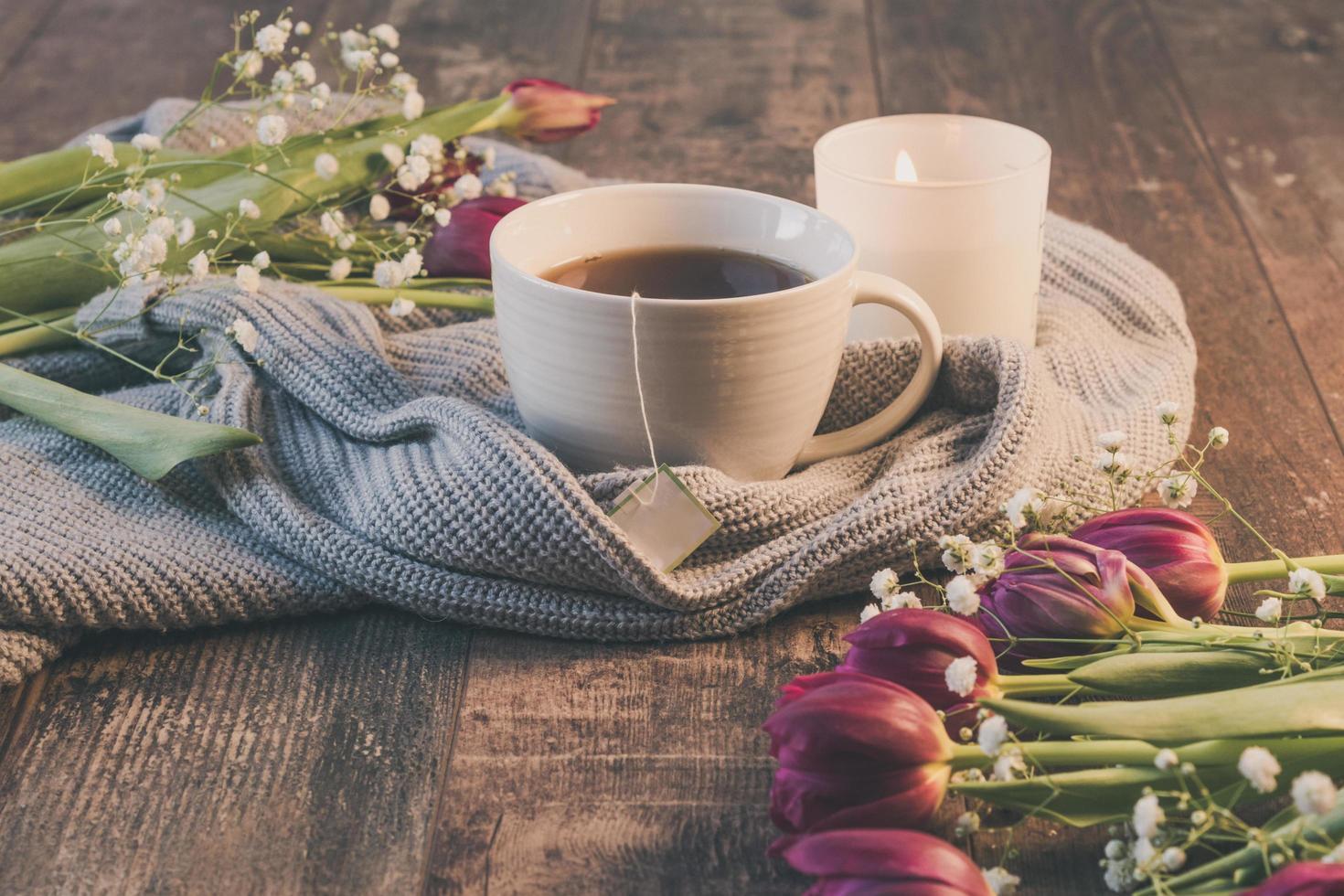 Lebensstil von Tee und Blumen foto