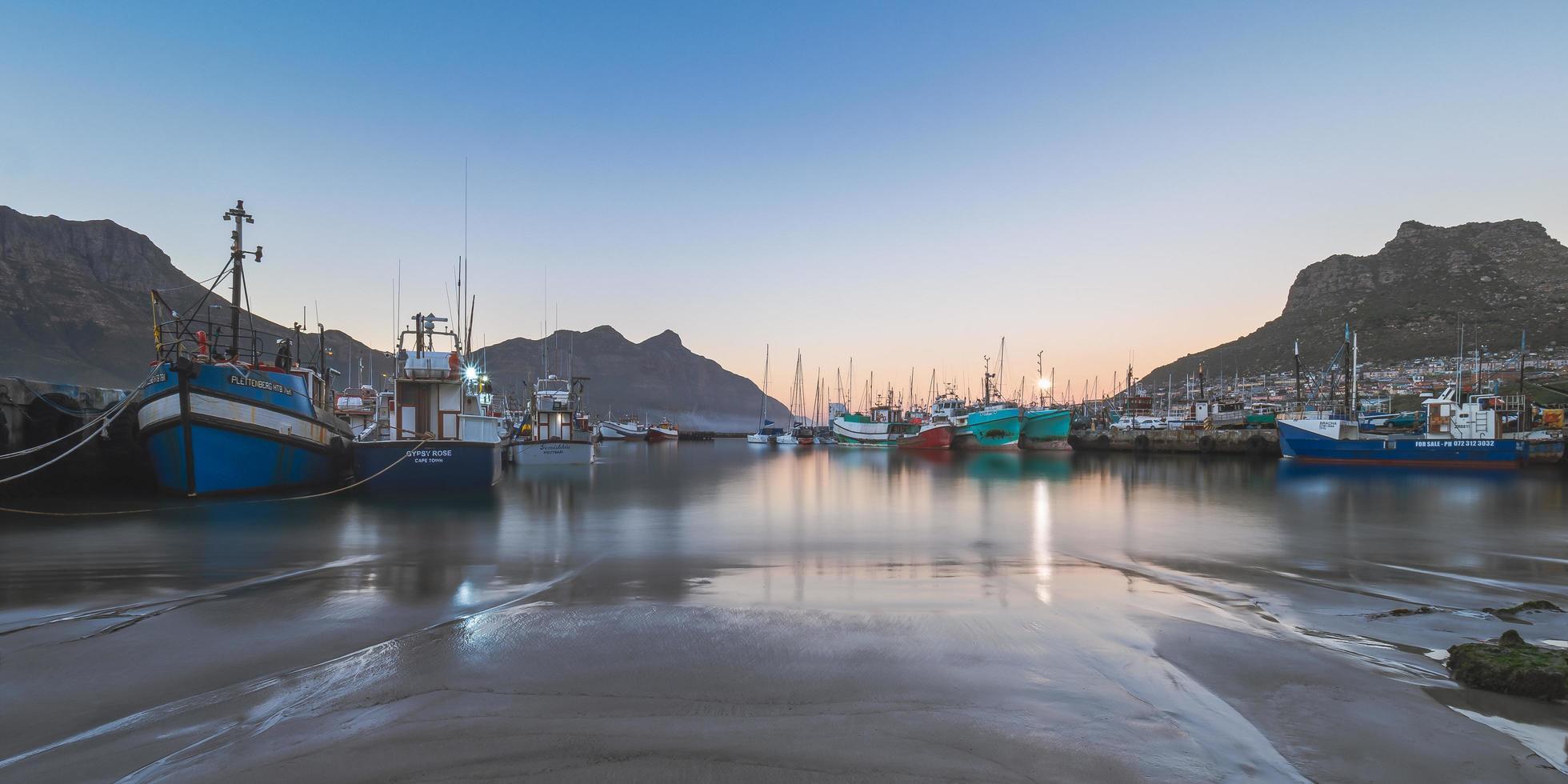 Boote in der Nähe von Docks in Kapstadt foto
