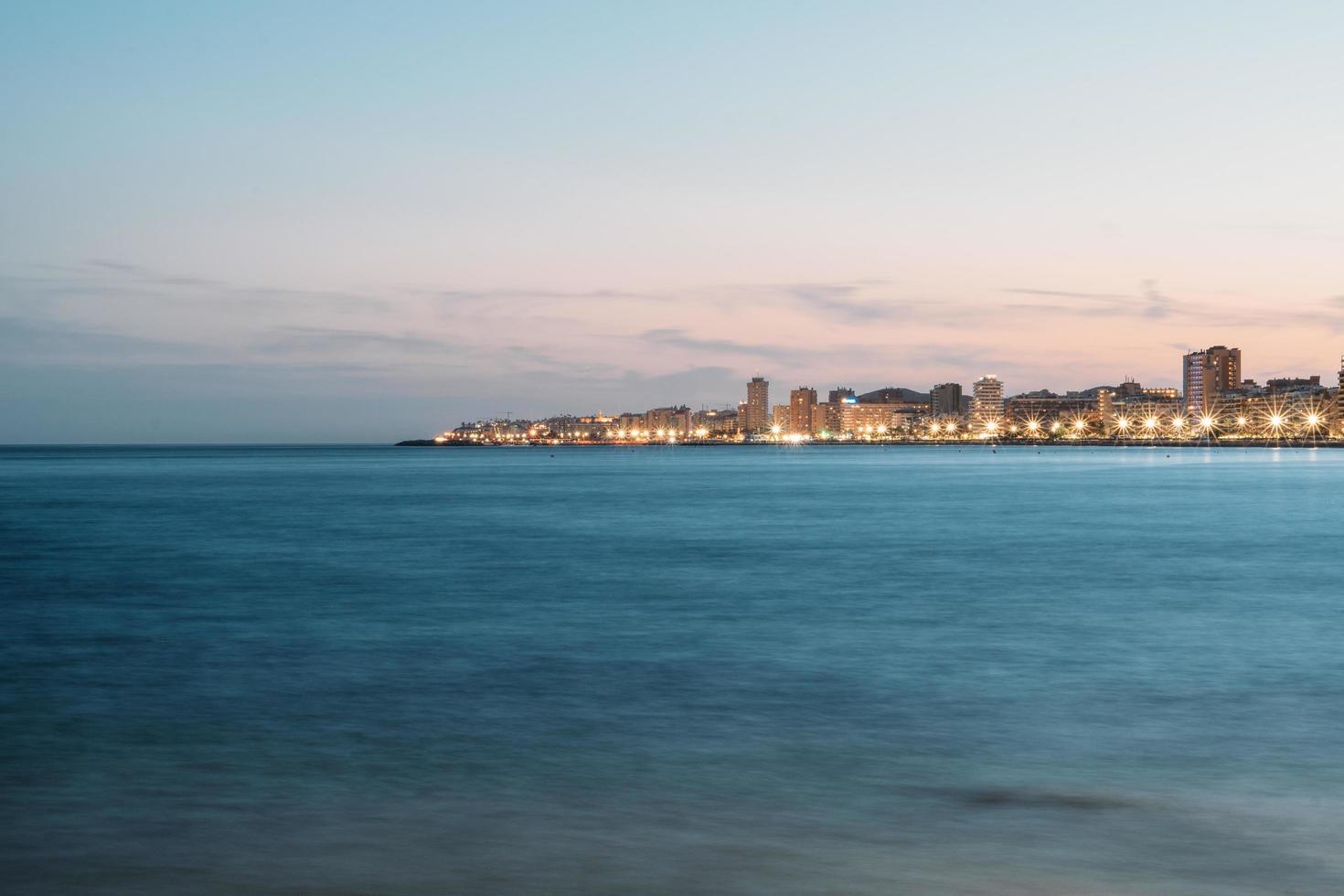 beleuchtete Küstenstadt foto