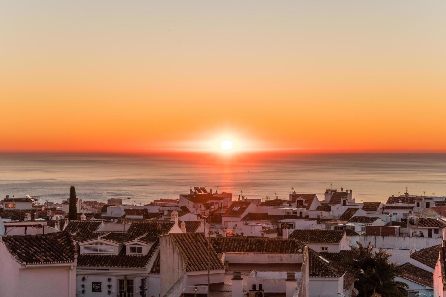 Sonnenuntergang auf Küstenstadt foto