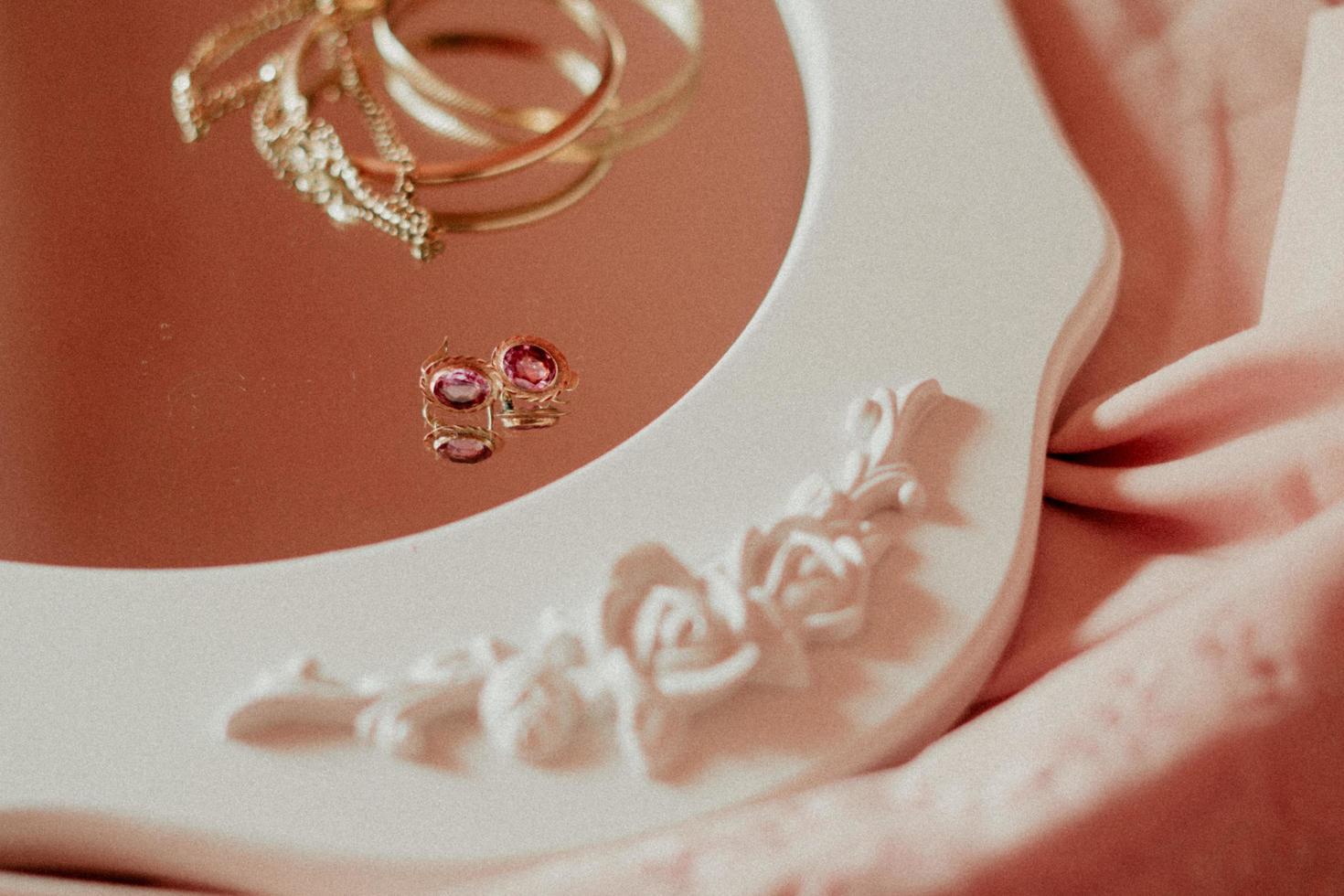 goldene Accessoires auf einem Spiegel foto