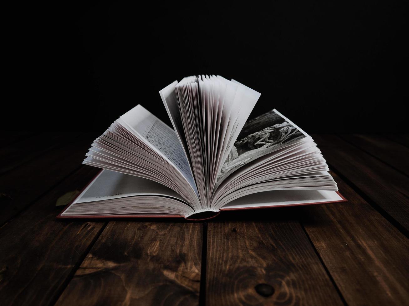 offenes Buch auf dunklem Hintergrund foto