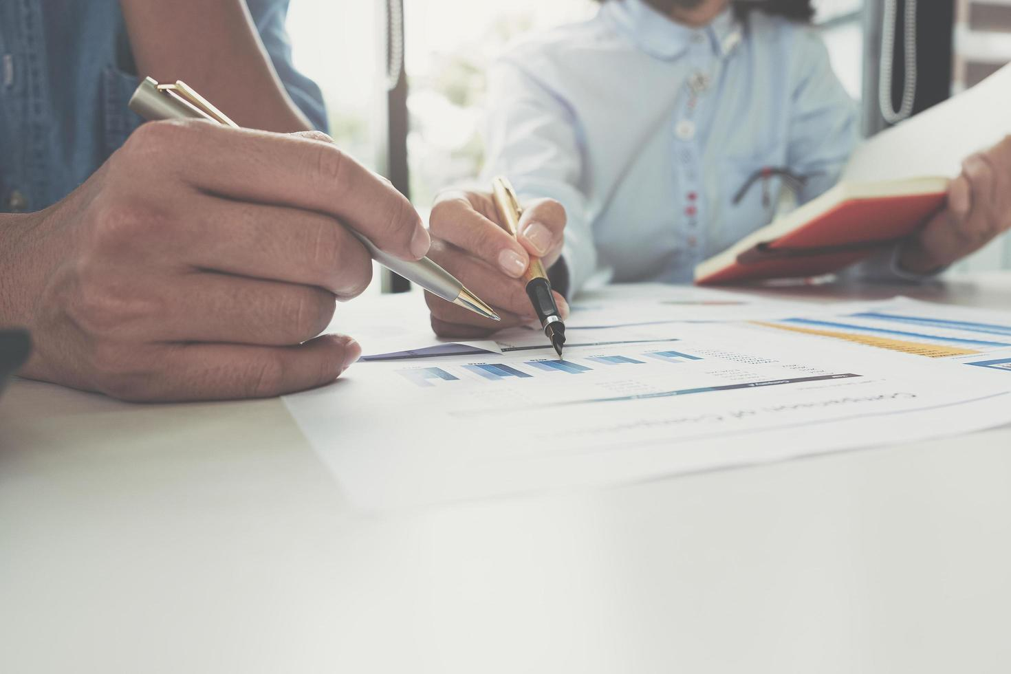 Unternehmensberater-Meeting zur Analyse und Diskussion des Plans foto