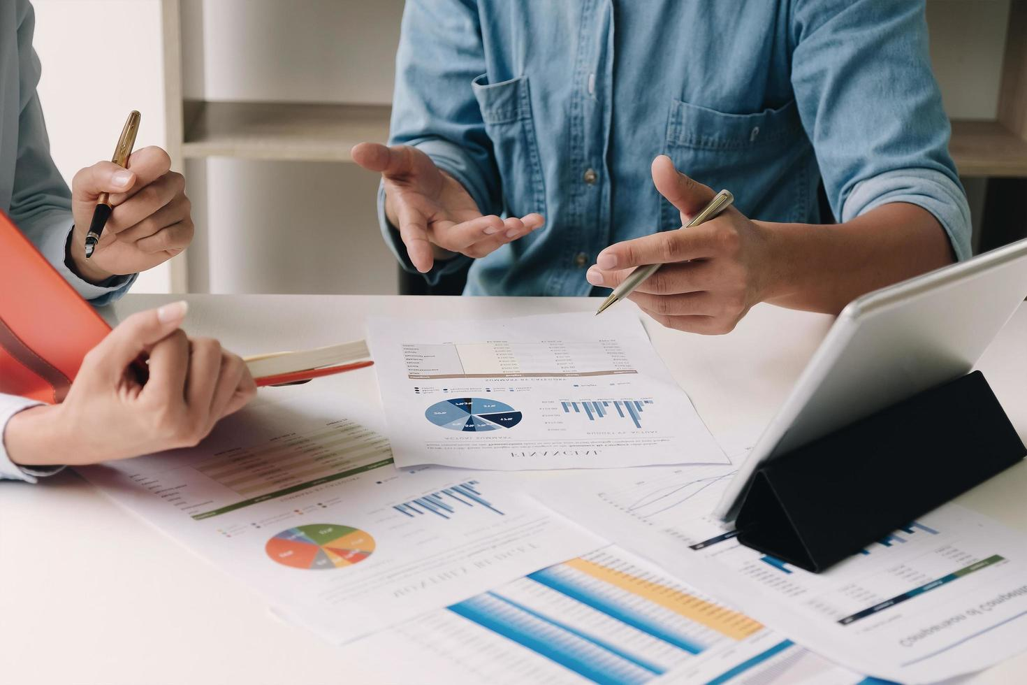 zwei Mitarbeiter diskutieren Finanzplan für Unternehmen foto