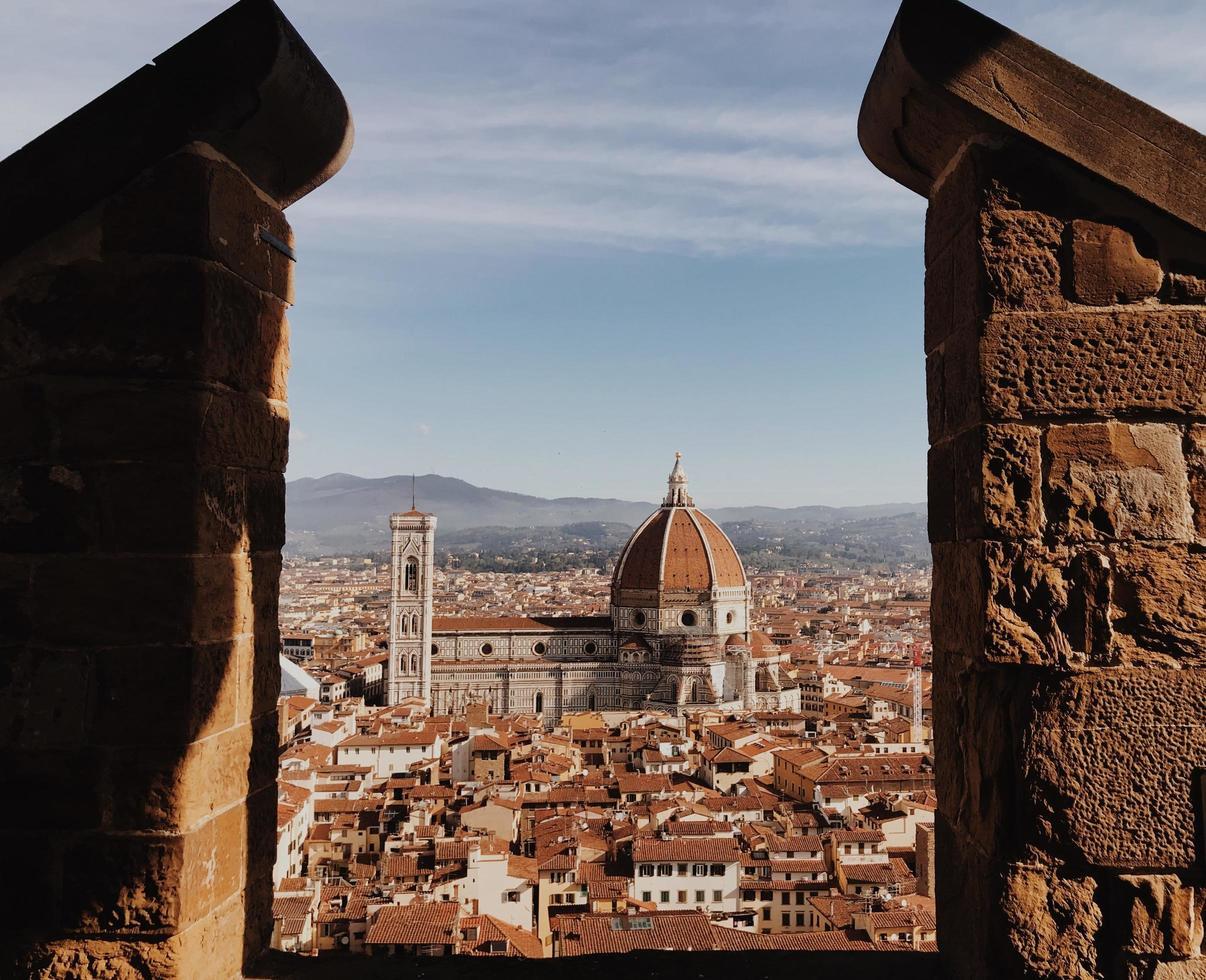 Palazzo Vecchio zwischen Backsteinsäulen gesehen foto