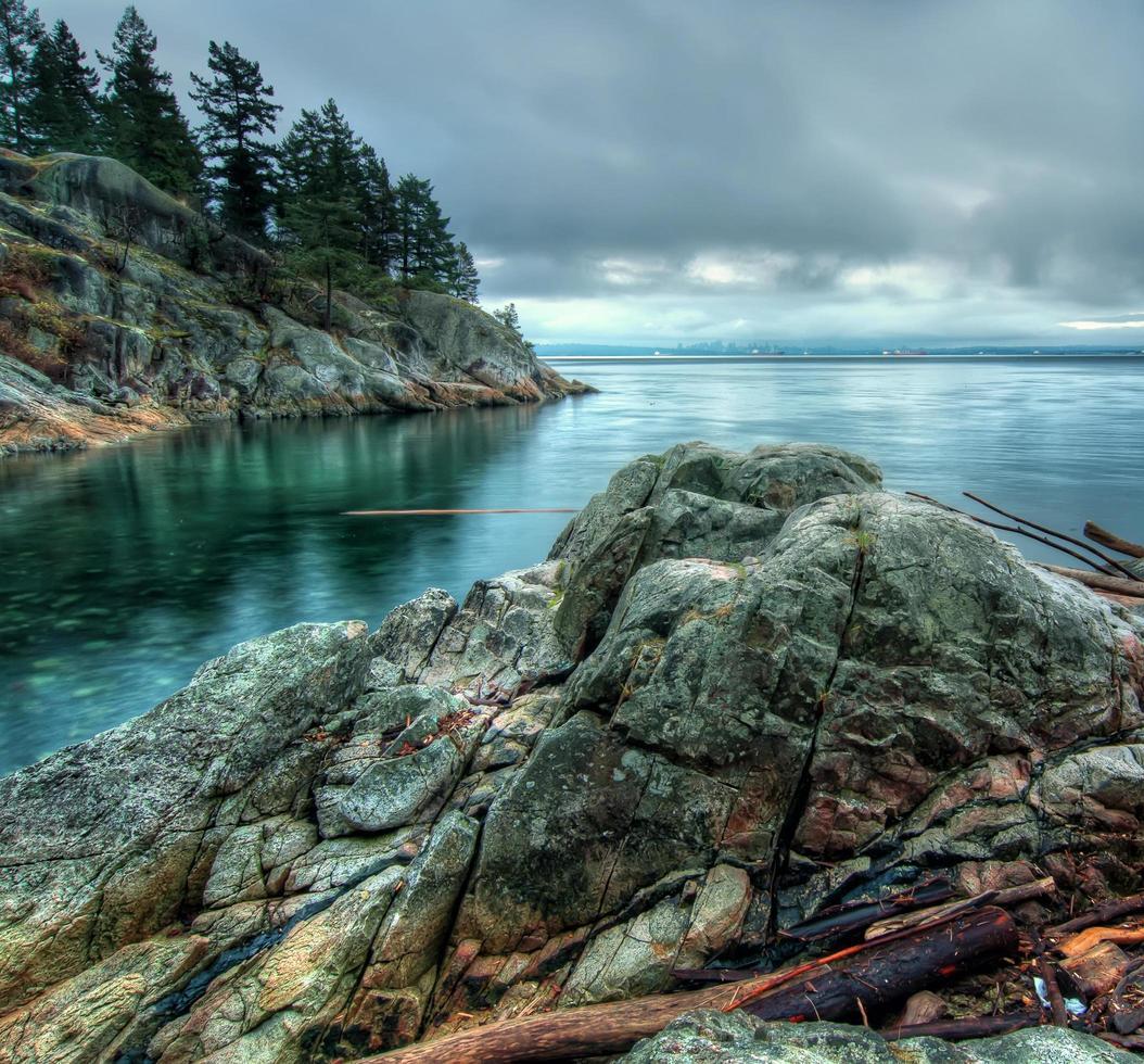 Langzeitbelichtung der felsigen Küste foto