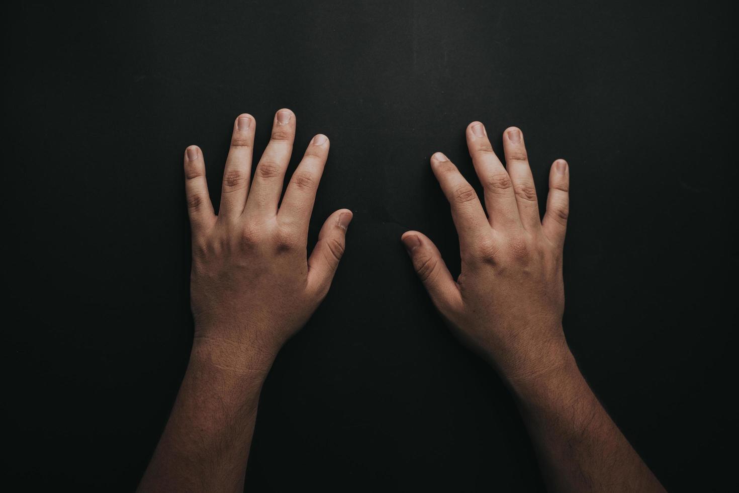 Hände auf schwarzem Hintergrund foto