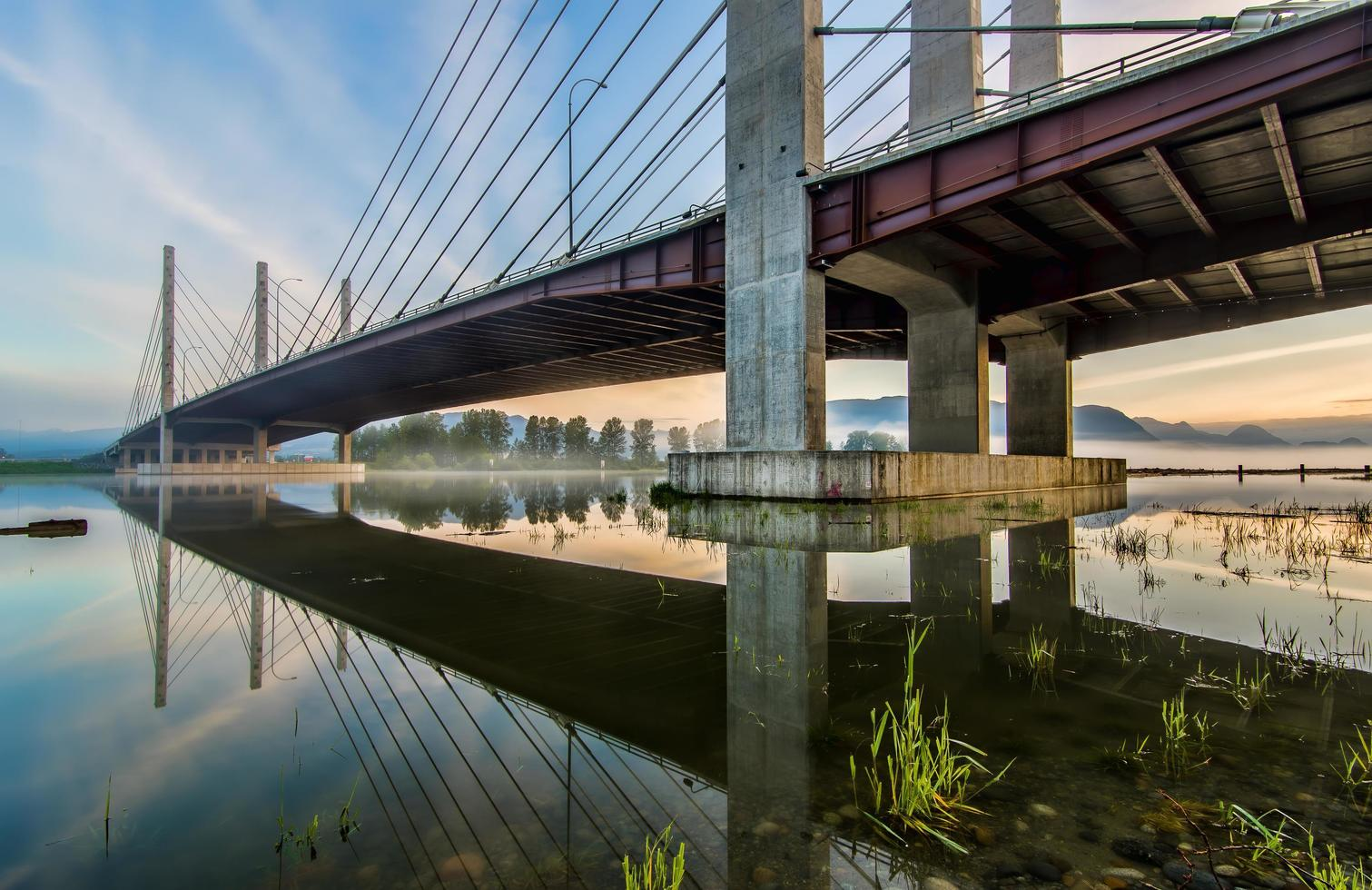 Pitt River Bridge in der Abenddämmerung foto