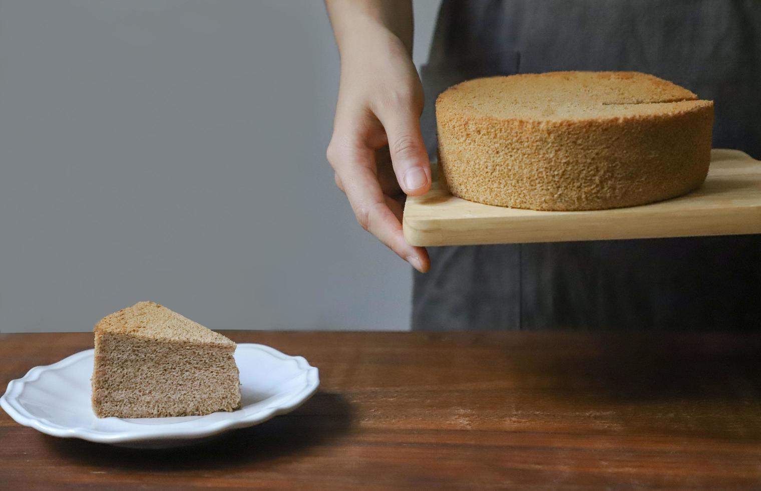 Person, die Chiffon-Kuchen hält foto
