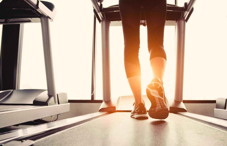 Person, die auf dem Laufband trainiert foto