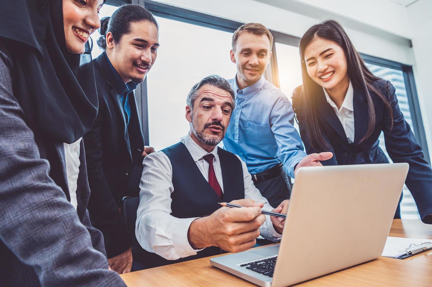 Gruppe von Geschäftsleuten, die am Laptop arbeiten foto