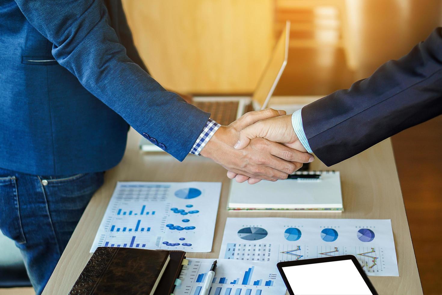 Nahaufnahme von zwei Geschäftsleuten, die Hände schütteln foto