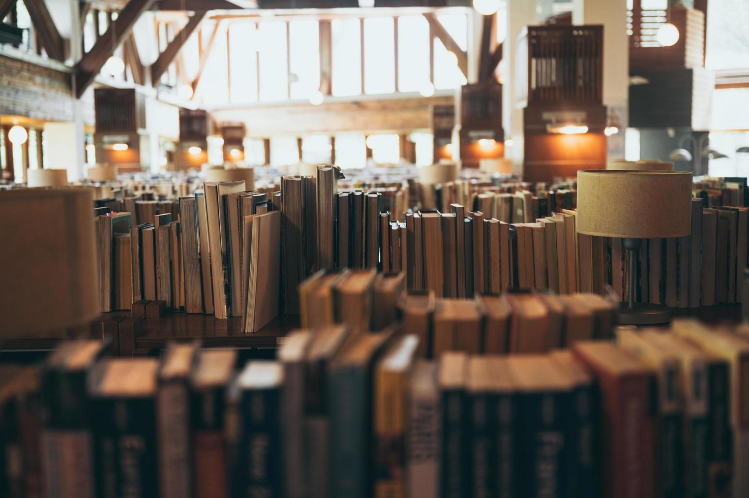 Bücher in großer öffentlicher Bibliothek foto