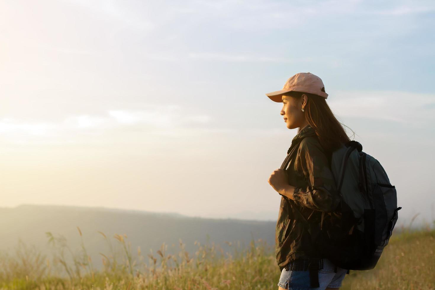 Wandererin mit Rucksack foto