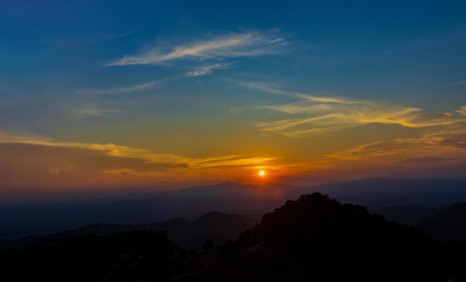 Sonnenuntergang über Berggipfeln foto