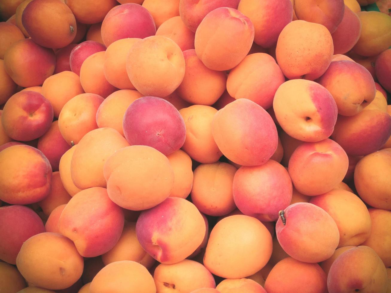 Haufen frischer reifer Pfirsiche zum Verkauf auf dem Markt. foto
