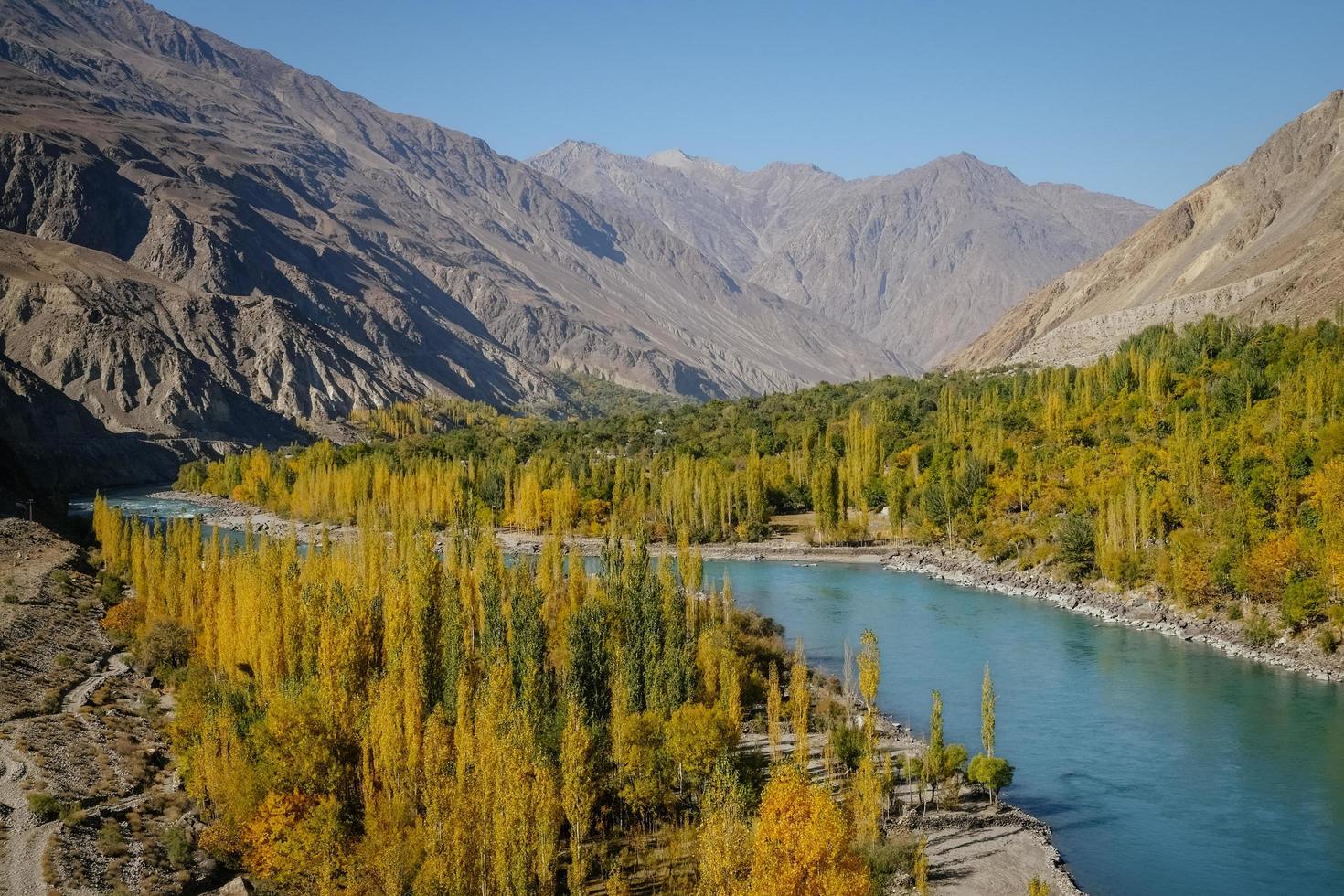 Herbstansicht des Ghizer River foto