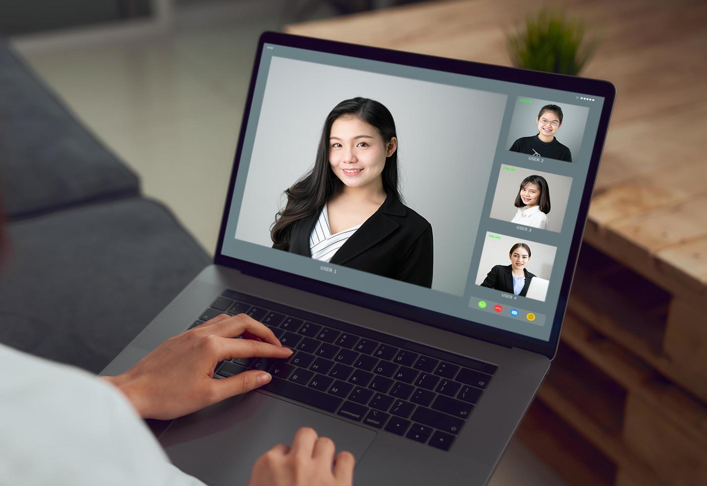 Person, die einen Geschäftsvideoanruf tätigt foto