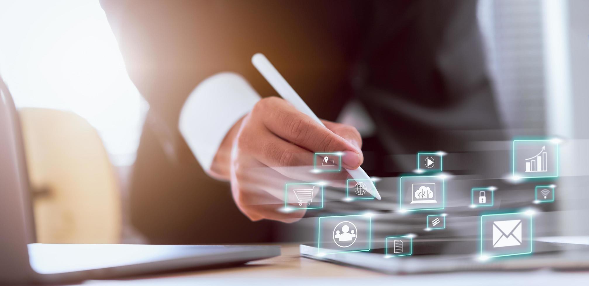 Geschäftsmann, der soziale Medien verwendet, die auf Tablet-Computer arbeiten foto