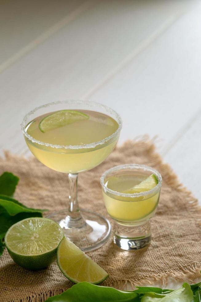 gemischtes Cocktailgetränk gegen gepresste Limetten foto
