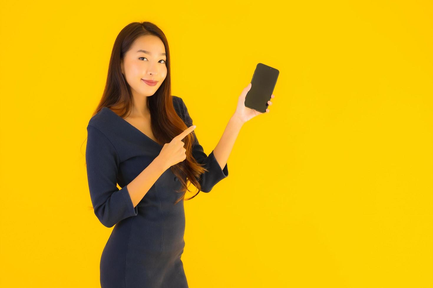 Frau zeigt auf Telefon foto