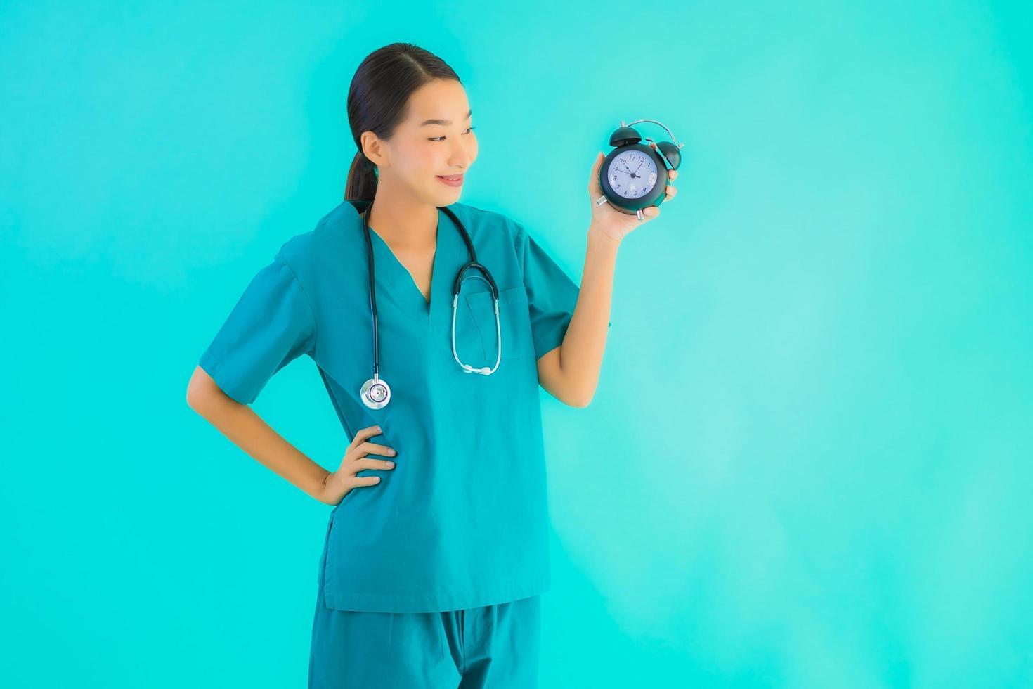 Porträt der Ärztin mit Wecker foto