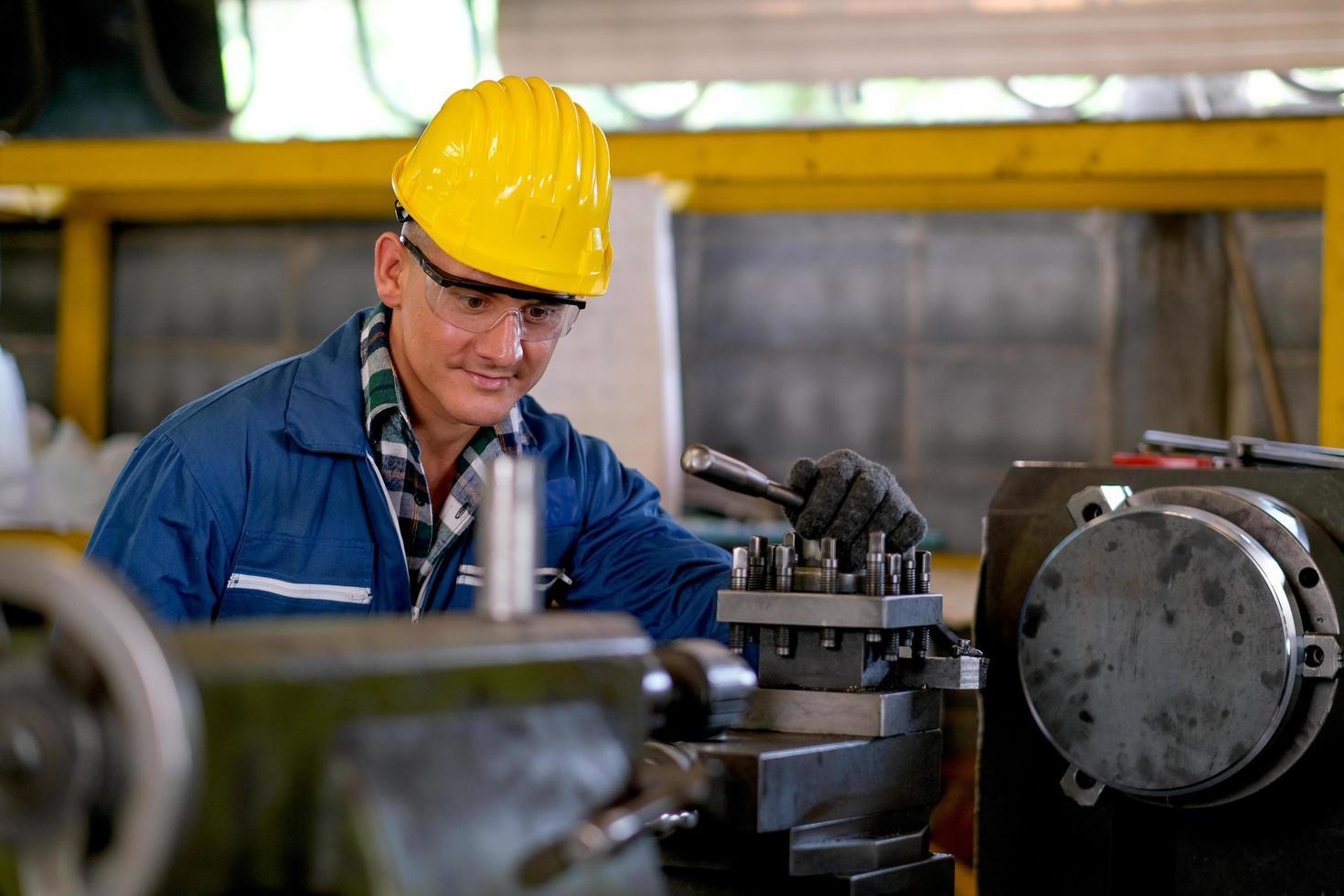 männlicher Techniker, der an Maschinen bei der Arbeit arbeitet foto