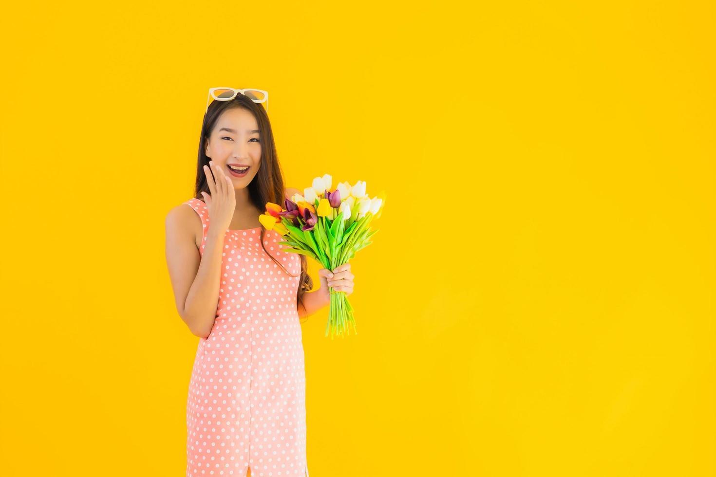 Frau hält Blumenstrauß foto