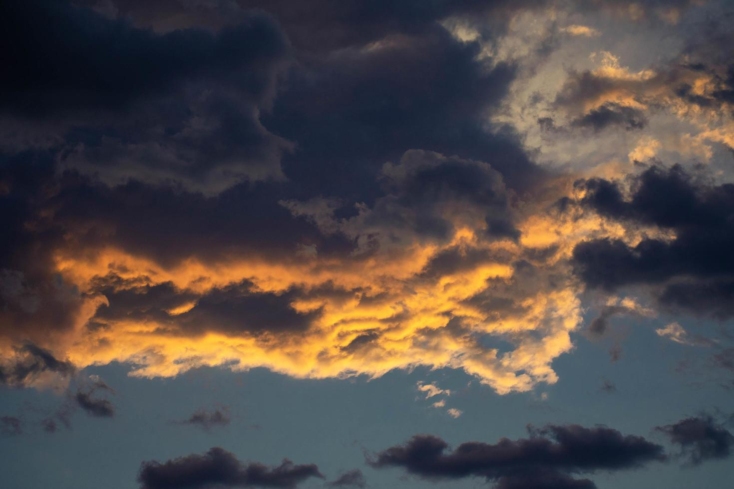dunkle und stürmische Wolken foto