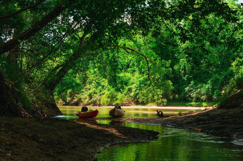 Kajaks auf einem Flussbett geparkt foto