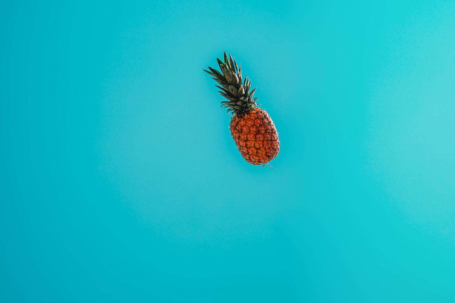 Ananas fliegt in den Himmel foto
