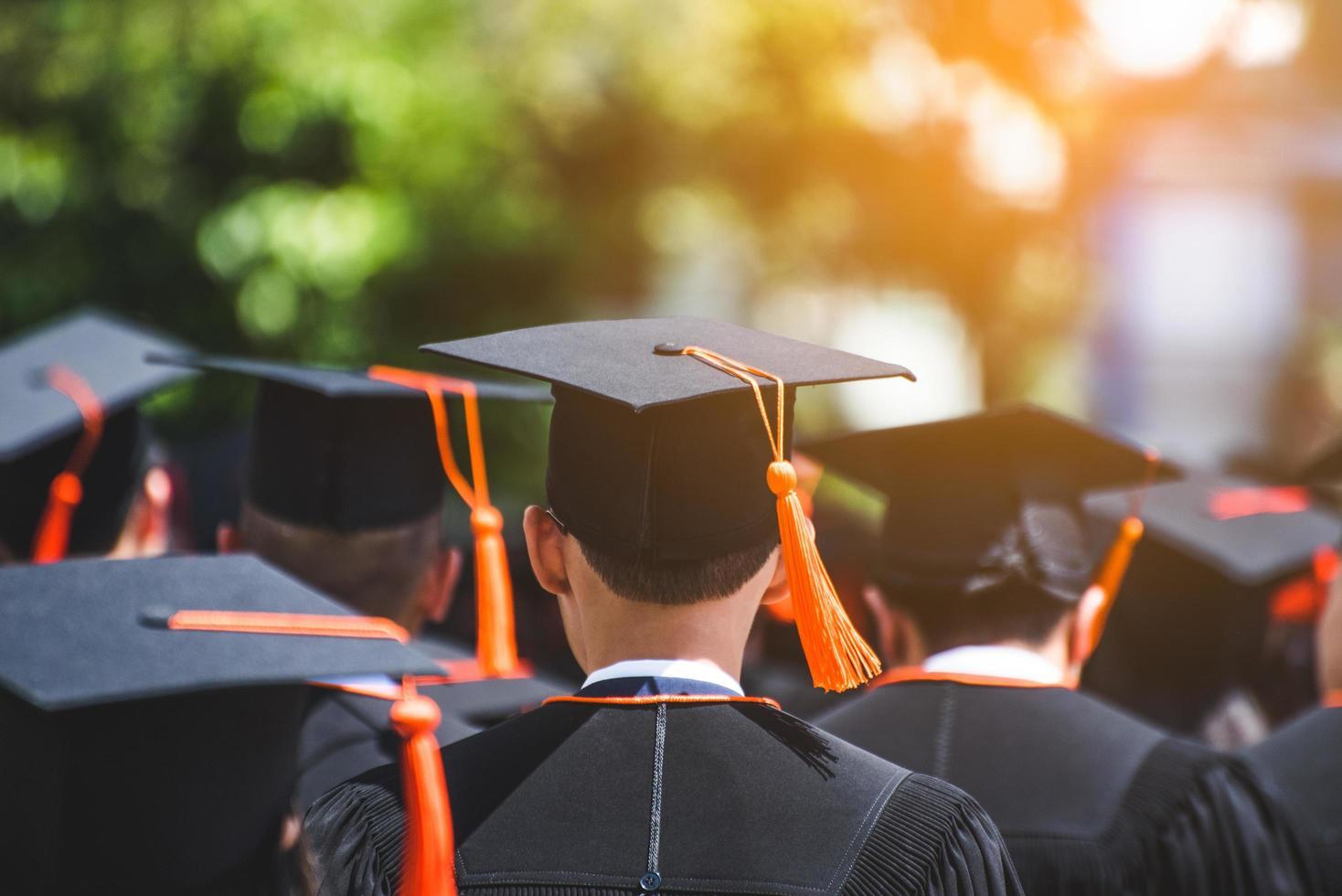 Ansicht der Absolventen in der Zeremonie im Freien foto