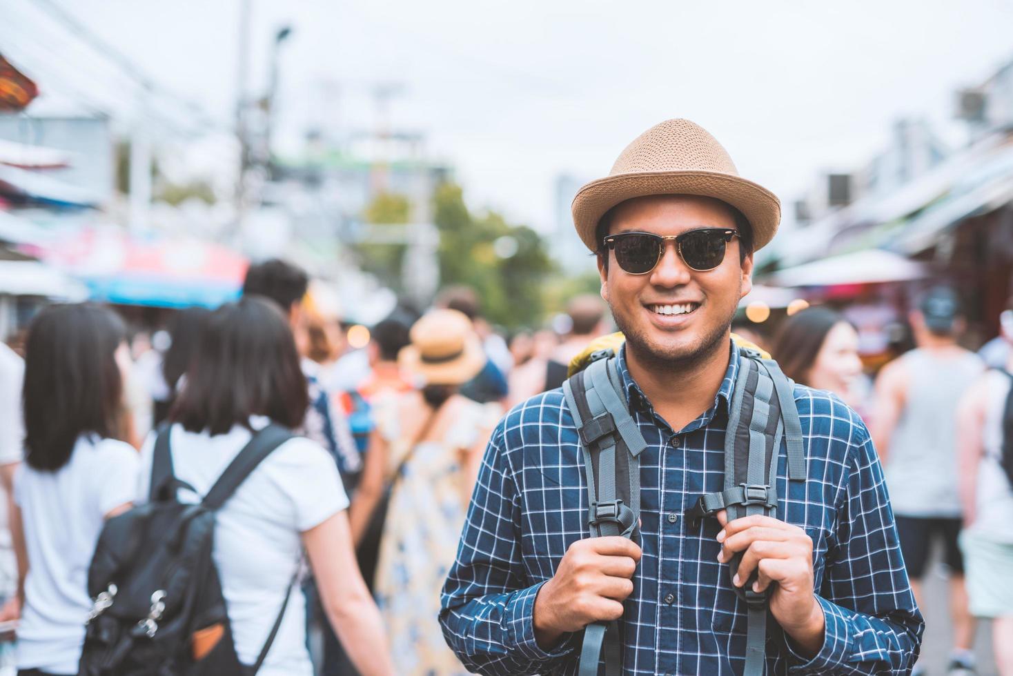 Mann geht in überfüllten Marktplatz foto