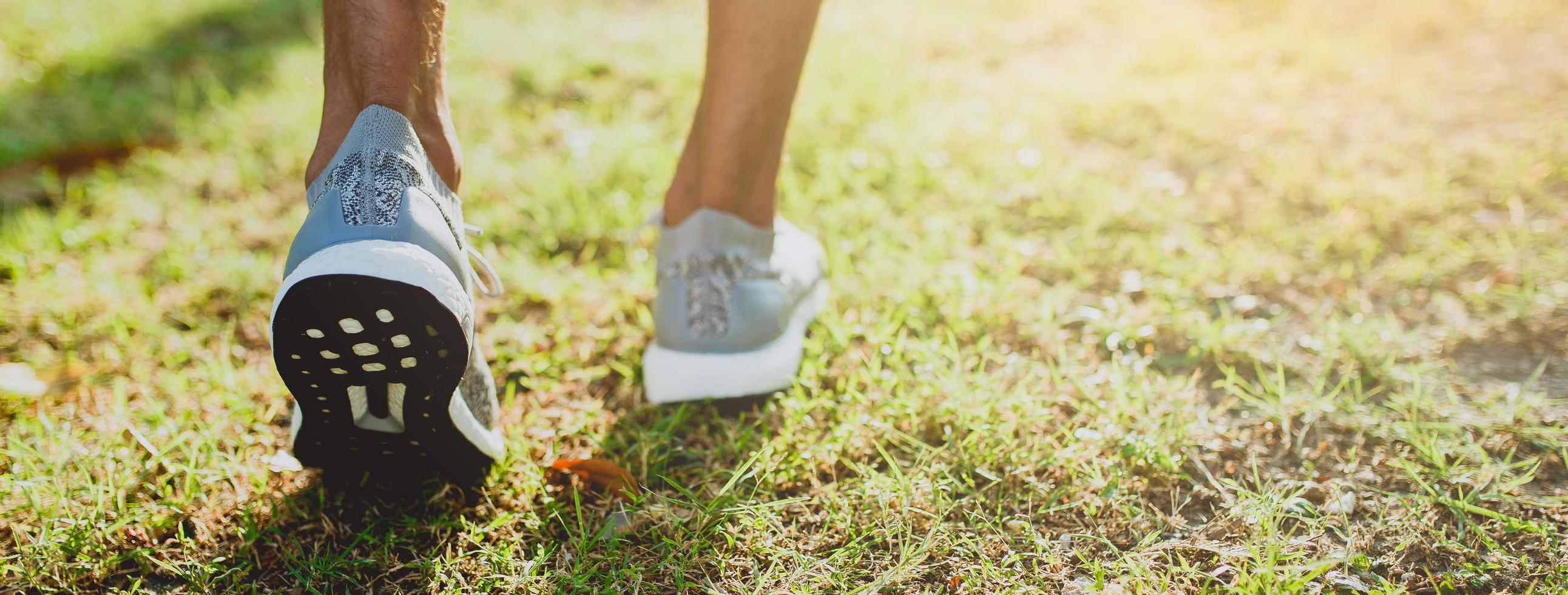 beschnittene Ansicht der laufenden Füße draußen foto