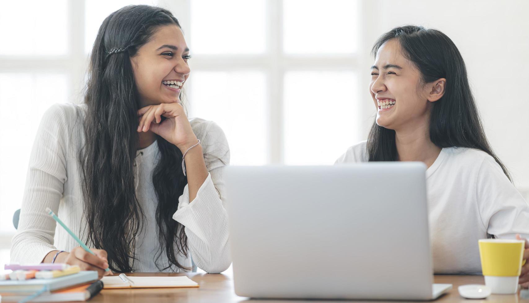 zwei junge Frauen, die zu Hause Kontakte knüpfen foto