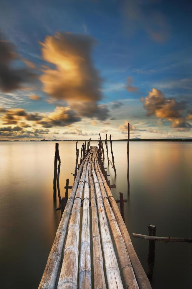 Bambusbrücke bei Sonnenuntergang foto