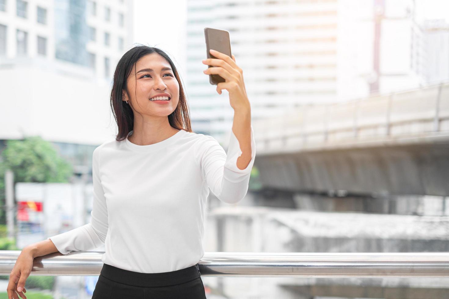 Porträt der asiatischen Frau, die ein Selfie nimmt foto