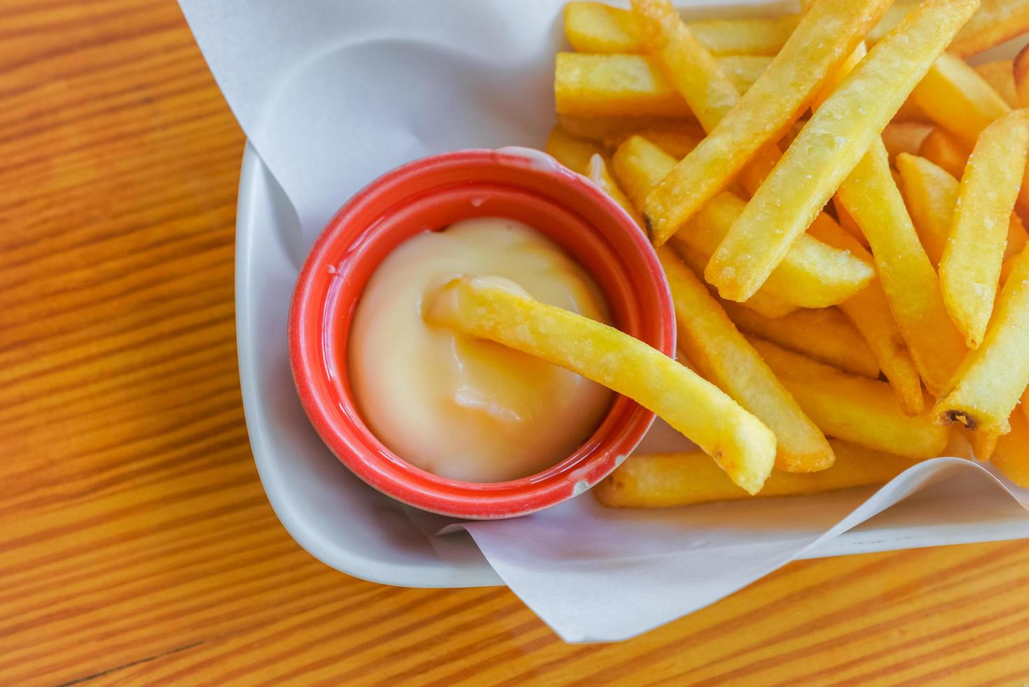 Pommes auf weißem Teller foto