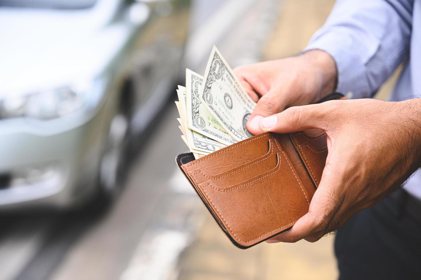 Geschäftsmann, der eine Brieftasche in den Händen hält foto
