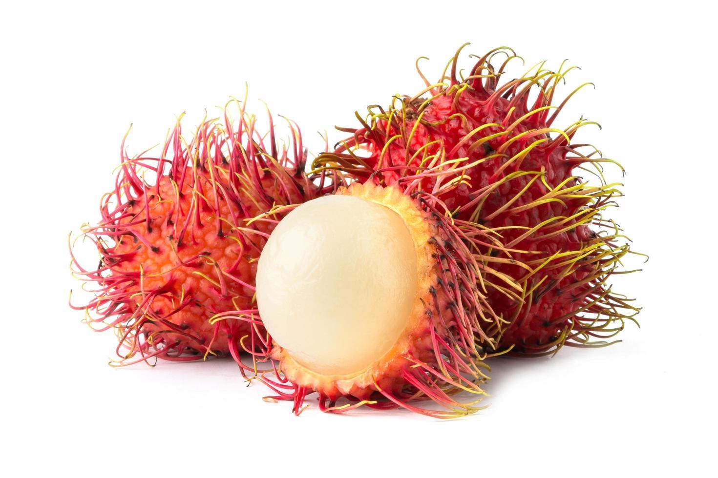 Rambutans auf weißem Hintergrund foto