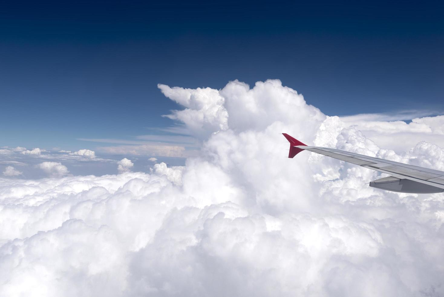 Ansicht des Flugzeugflügels vom Passagierfenster foto