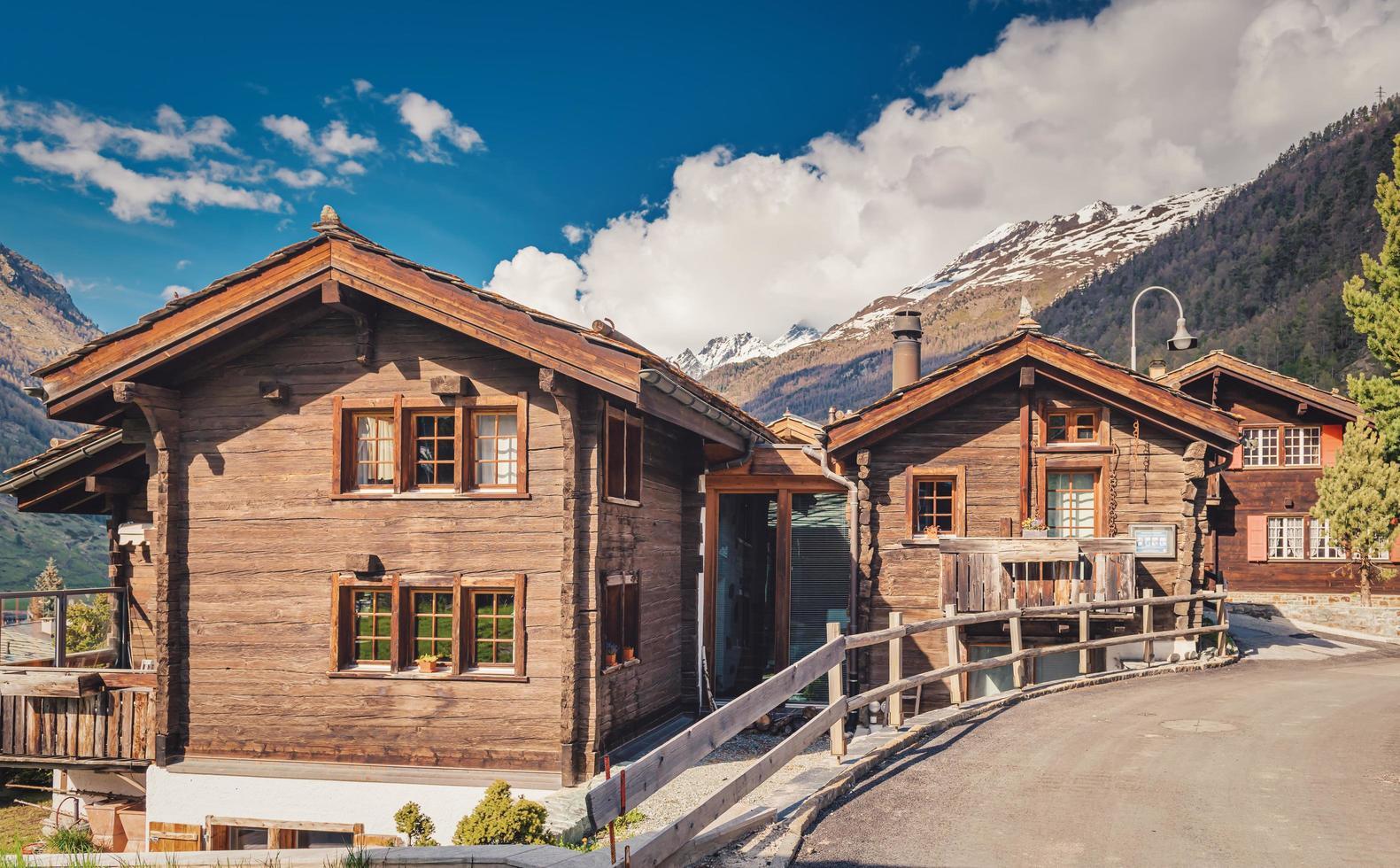Hütten mit Bergen im Hintergrund. foto