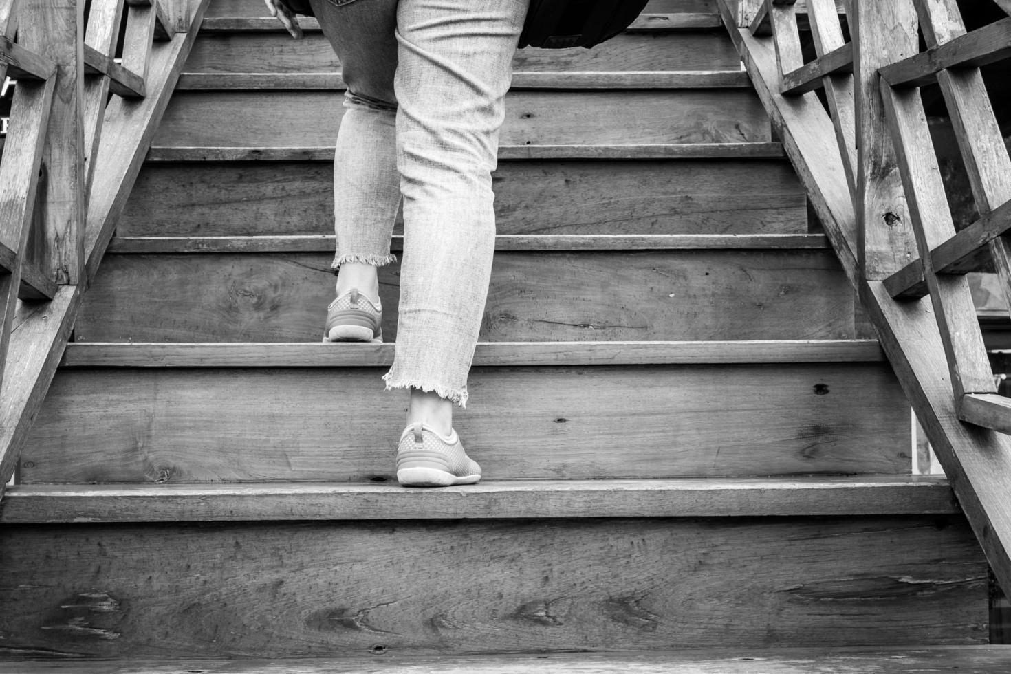 Frau geht die Treppe hinauf foto