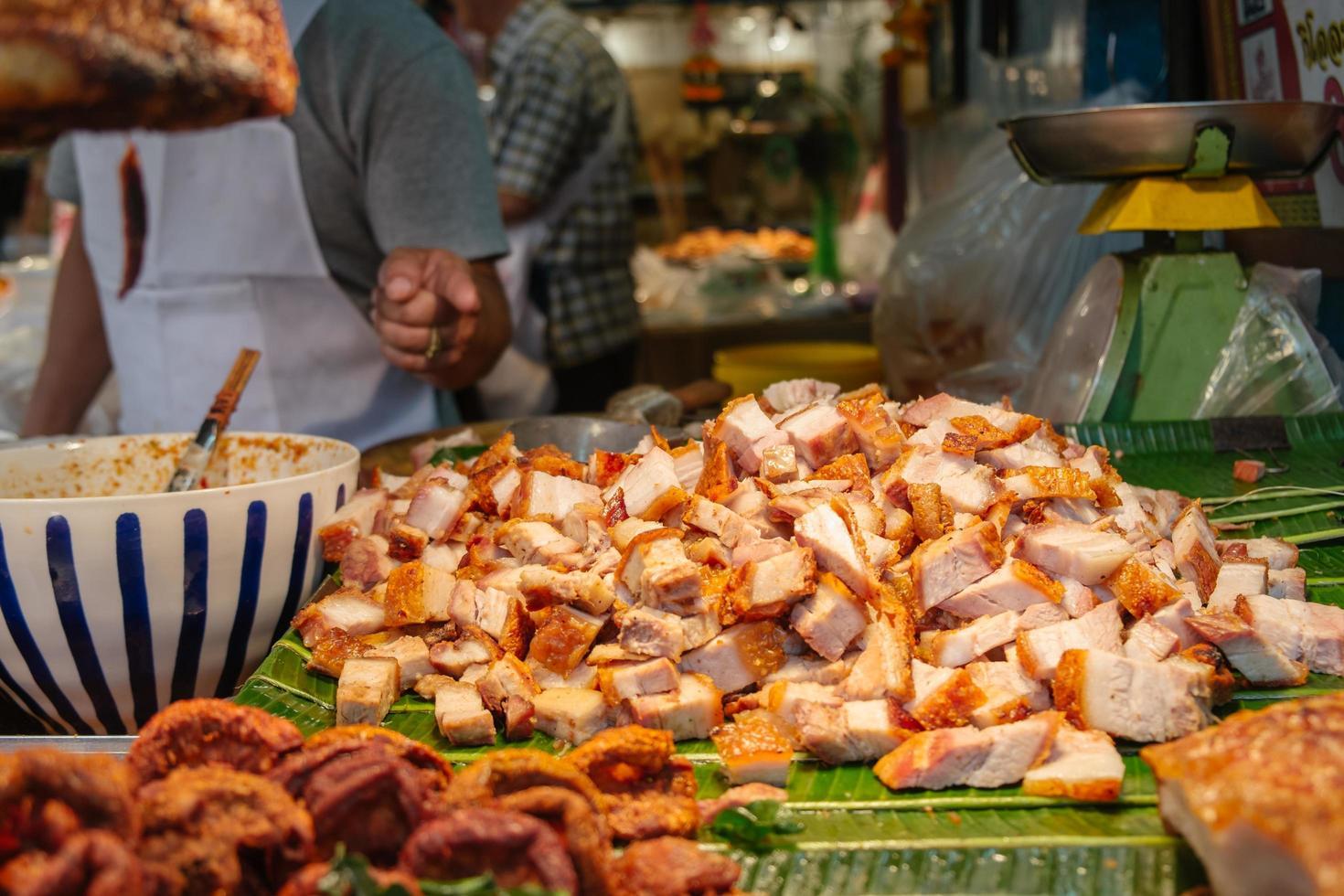 gehacktes knuspriges Schweinefleisch auf Bananenblättern zu verkaufen foto