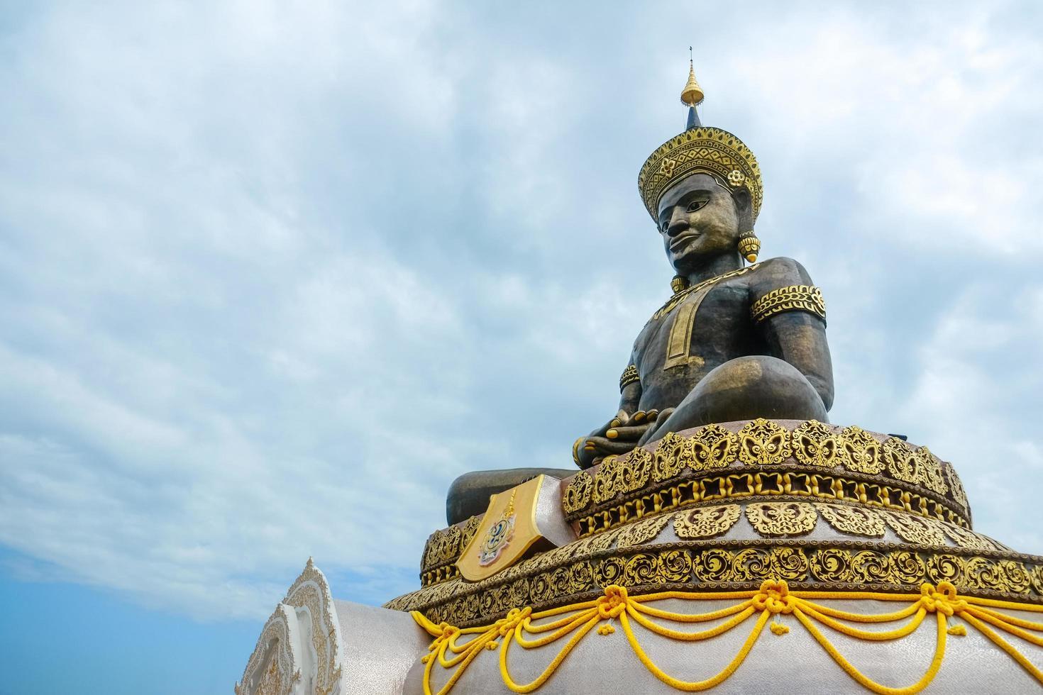 Statue von Buddha Maha Thammaracha im Wat Traiphum Tempel foto