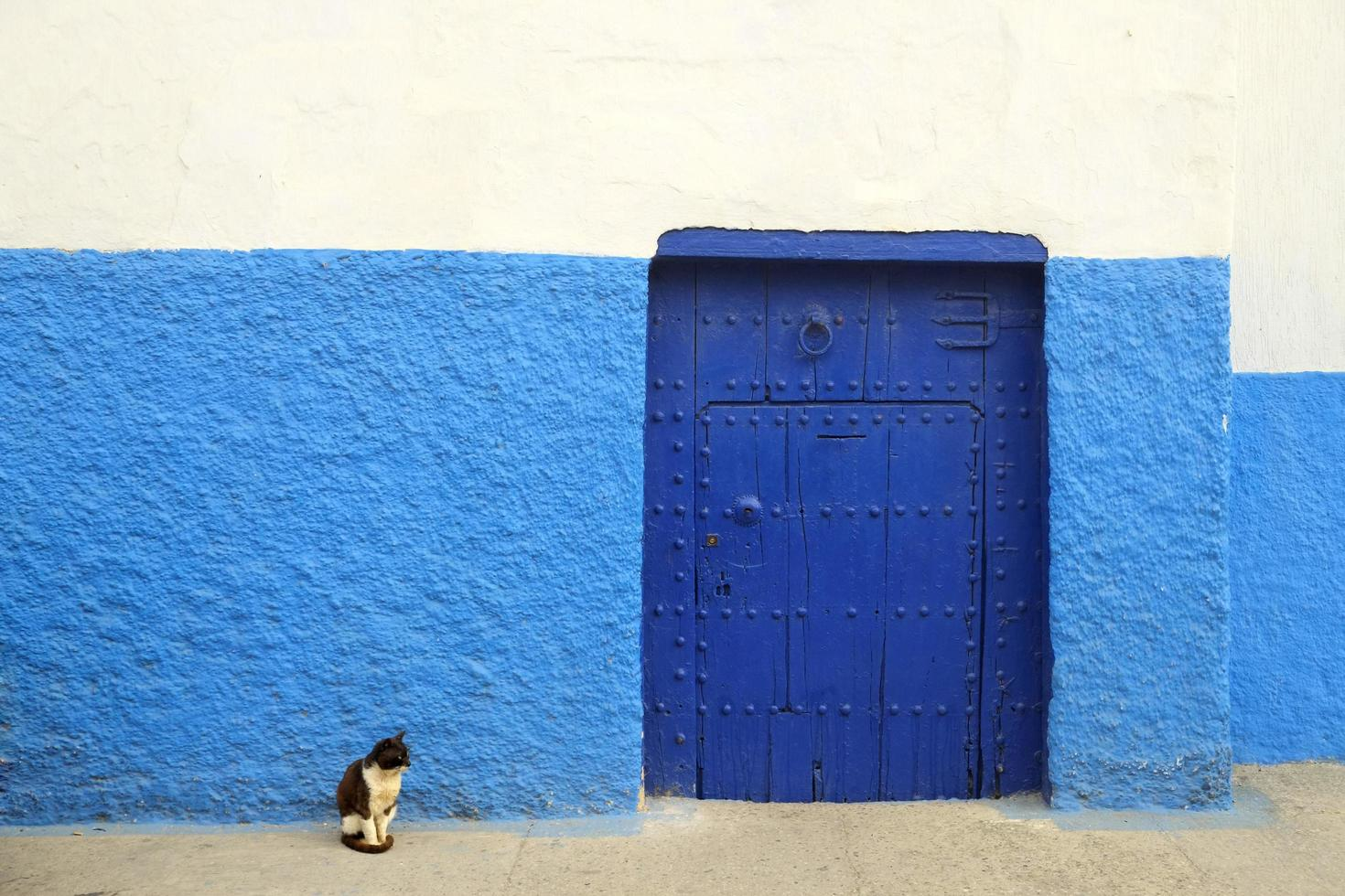 Vintage Tür mit blauer und weißer Wand foto