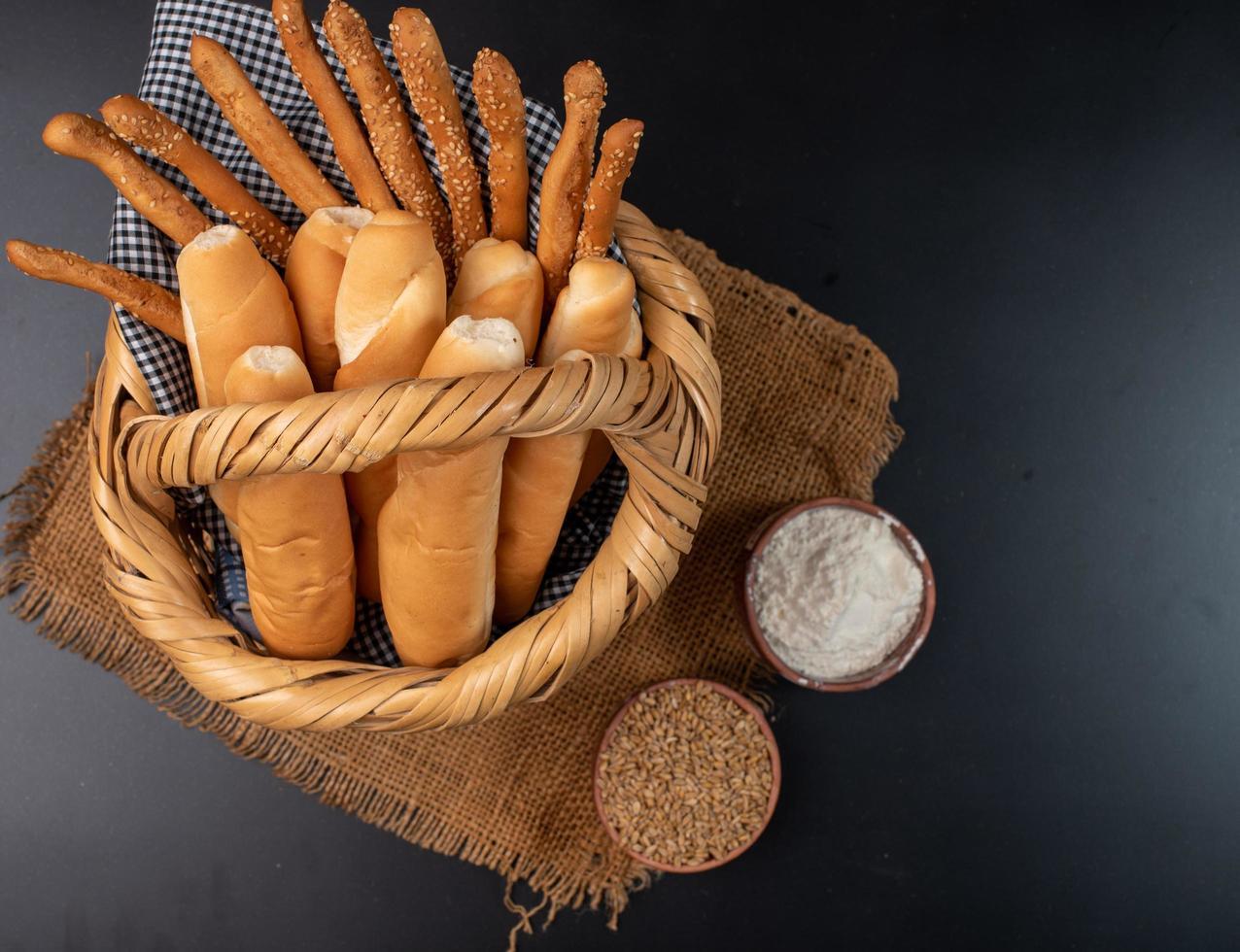 Brot in einem Korb foto