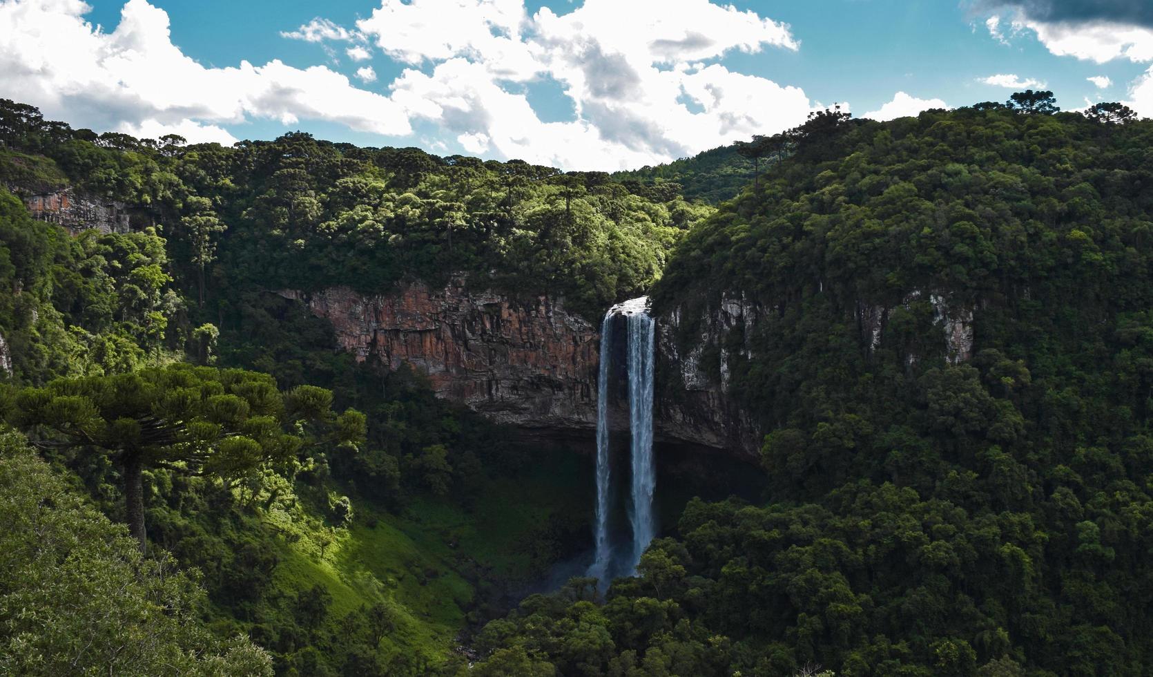 Wasserfall auf einer Klippe foto