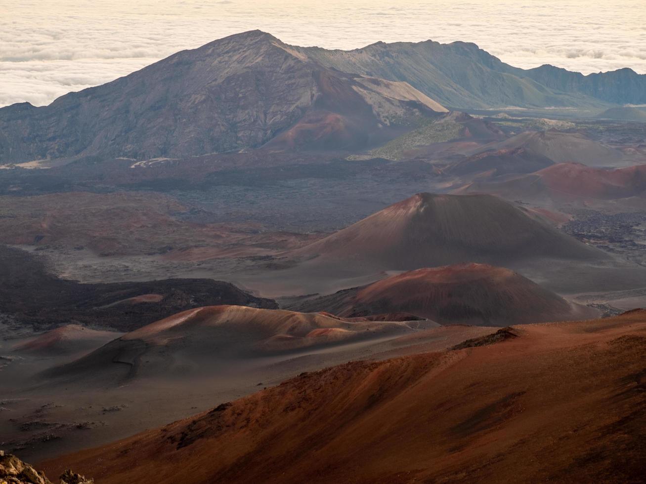 braune und graue Berge foto
